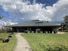 36<渚園キャンプ場>  おまけで「渚園キャンプ場」の紹介を。  渚園キャンプ場は、東名高速道の浜松西ICから車で約30分。浜名湖のシーサイドにあるキャンプ場で、2万㎡もあるる芝生広場のフリーサイトとオートキャンプ場のほか、ペット連れ専用のサイトもある。