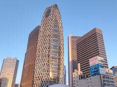 6:20 新宿駅 朝日を浴びたコクーンタワーが黄金色