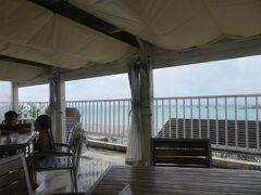 左右のテーブルとも沖縄在住の外国人家族がお食事中。那覇だなぁ。