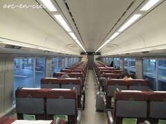乗客は、1両に5人程度。 車内アナウンスも、日本語と比べて、数か国語の外国語バージョンの方が圧倒的に長かったので、インバウンドの方々の乗車が多かったのでしょうね。。。
