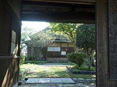 旧成田家住宅。 村上で現存している武家住宅の中では、唯一玄関が妻側に位置する形態で、建築年代は幕末から明治にかけてと推定され、平成8(1996)年に復原後、外観のみ一般公開されています