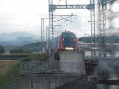伊勢中川の大阪線、名古屋線、中川短絡線が交わる三角形の線路があるデルタゾーンを通過。 伊勢中川の大阪難波発の近鉄名古屋行きの「ひのとり」と擦れ違い