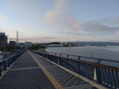 宍道湖大橋から見た早朝の宍道湖は絶景でした。宍道湖には宍道湖に沈む夕日が、嫁ヶ島とともに見える絶景ポイントに、湖沿いを歩ける歩道や、腰掛けて夕日を楽しむことが出来るテラスなどが整備された場所である宍道湖夕日スポット (とるぱ)があります。(松江観光協会参照)なので、思わずランニングしました。