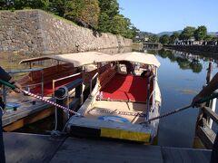 松江城に行く前にぐるっと堀川めぐりをしました。堀川遊覧船とは国宝松江城の堀を約50分かけて周遊する遊覧船で、1997年の就航以来大変好評になっています。松江城を始めとして、、武家屋敷や塩見縄手の老松が並ぶ城下町の風景、城山公園の森や水辺の鳥などの豊かな自然と、船にゆられながら城下町・松江をゆっくり満喫するのにふさわしいコースとなっています。(しまね観光ナビ参照)約400年前から残る国宝松江城をはじめとして、 石垣や武家屋敷など昔の日本の姿をそのまま残す「歴史地区」。レトロモダンな建物が立ち並び、ちょっぴり懐かしさも 感じられる松江の中心、「市街地区」三つのエリアを運航します。(堀川遊覧船ぐるっと松江堀川めぐり参照)