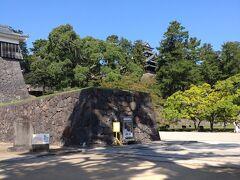 いよいよ念願の松江城!松江城は江戸時代の日本の城で別名・千鳥城とも呼ばれています。現存天守は国宝、城跡は国の史跡に指定されている。(Wikipedia参照)城山公園内には、散歩道があり松や竹林、桜や椿、梅など四季折々の自然が楽しめ、市民の憩いの場として活用されています。(松江観光協会参照)松江城は全国に12城しか残っていない現存天守の1つです。現存天守は江戸時代またはそれ以前に建てられ、壊れることなく現代に姿を残す特別な存在となっています。(国宝松江城参照)
