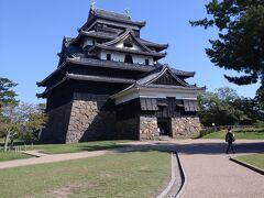 松江城天守閣に到着!外観は4重、内部は5階地下1階付きの造りになっており、高さは石垣を含め約30m、天守のみが約22mであります。現存する12天守の中で姫路城、松本城に次いで3番目の高さ、天守の総床面積は姫路城に次いで2番目の大きさを誇っています。(参照)松江城の天守閣の一部を紹介します。石垣は切り出された時の矢穴の残るあまり加工されていない石などを積み上げた構造で、高さ約7mとなっています。附櫓入り口付近に鍵のような刻印があります。石落としは石などを落として直下の敵を攻撃するための仕掛けです。松江城には附櫓、天守二階の四隅に設けられています。松江城天守は袴腰型の石落としとなっています。(国宝松江城参照)
