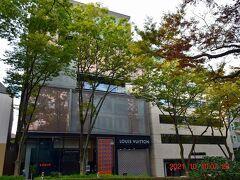 『ルイ・ヴィトン表参道店』 https://jp.louisvuitton.com/jpn-jp/la-maison/omotesando# 著名建築家により手掛けられた建築物が集まる表参道エリアで先駆け的存在として2002年に竣工。 建築家の青木淳氏設計、三種のメタルメッシュ素材と二種のステンレスパネルを2重に使用、トランクを積み重ねたような構造が特徴で、表参道のケヤキ並木と調和するようデザインされています。