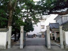 萩高校の東門から教員室が覗く。
