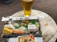 出発は慌ただしく、夕方の搭乗開始時刻直前に伊丹空港に到着。 緊急事態宣言が解除されたのでラウンジでアルコールの提供が再開されているのは知っていました。 これは呑まなければ!  保安検査通過後の「魚がし日本一」で寿司をテイクアウト、ラウンジでいただきました。 ビールもワインも提供されていて、嬉しい限りです。 このまま徐々に日常が戻ってくれるといいなあ~