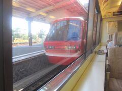 出発を待っていたら伊豆急下田行のリゾート21キンメ電車が遅れて到着