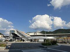 ●米原駅  緊急事態宣言も解除された10月の第2週の金曜日、この日は仕事を午前中でサクッと切り上げ、東海道新幹線に乗って滋賀県の「米原駅」へ15時くらいに到着。  今回の旅は2泊3日をかけて、滋賀県の東側、湖北から湖東エリアの歴史スポットを巡っていくことに♪ なお、公共交通機関には頼れないエリアなので、今日と明日の2日間はレンタカーでの移動となります。