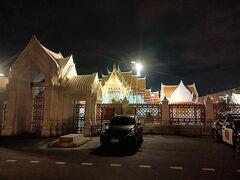 大理石寺院ワット・ベンチャマボピットの入り口 煌々とライトが点いてます