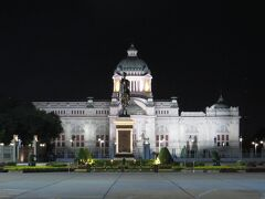 アナンタサマーコム宮殿前の広場 真ん中にラマ5世騎馬像  ただメイン通りから夜間は入れなくなっている