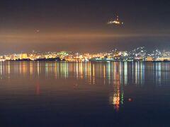 深夜函館港を出港後、函館の市街地と上の方には、函館山展望台の明かりが幻想的に映っている。