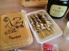 函館のホテルにチェックインする前にハセストで購入した焼き鳥と焼き鳥弁当をチェックイン後お酒と一緒に頂く。