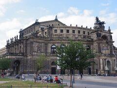 ザクセン州立歌劇場(ゼンパーオーパー)です。 この手前の劇場広場に騎馬像のあるヨハン王が1841年に建てました。 この建物も破壊されましたが、1985年に再建されました。 建築家ゴットフリート・ゼンパーの名で呼ばれることが多いです。 1869年に火災で焼失し再建、大戦で破壊され再建という 経緯を経ても、世界有数のオペラ座として君臨しています。