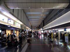 SWに突入の土曜日の朝の羽田空港です。 思ったより人が多いです。