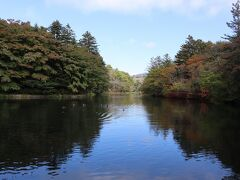 雲場池の紅葉はまだまだです。 遊歩道を一周しました。 結構歩いている人がいました。