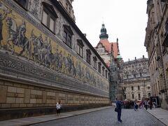 ドレスデン城の中庭シュタールホーフの外壁に、 「君主の行列」と呼ばれる壁画があります。 マイセン製のタイルで作られた全長101mの壁画は ドレスデン観光の目玉です。 ゼンパーオーパーからフラウエン教会のあるノイマルクトまで 一本道の中間にあるので、必然的に通ります。