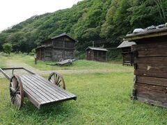 「井籠造り板倉」とか「落とし板倉」とか 村にあった古い倉(板倉造り)をここに移築したらしい  唐突感はあるが、どこかホッとする風景