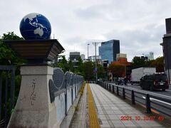 神宮橋の隣にある五輪橋、地球が欄干に載ってます。