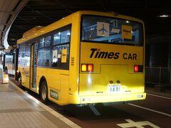 レンタカーのバスは普通サイズですが、我々だけを乗せて出発