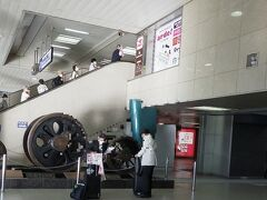 7:40 新大阪駅に集合、後方のエスカレータでは別のツアーが移動中