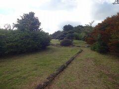 朝に神奈川県内の自宅を出て最初の目的地にやってきます。  ここは温泉地として名高い湯河原温泉郷の上に位置する星が山公園です。  駐車場に車をおいて10分以上は歩きます。