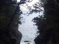 非常に暗い山道ですが、所々に海岸が現れて心を休ませてくれます。  この城ヶ崎自然研究路は最低スニーカー、できればトレッキングシューズが欲しい道です。