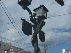 電車通りに出た場所は「思案橋の電停前」 電車で長崎駅前まで移動できますが、酔い覚ましのために歩きます。 電車通りの街路灯に「昇り龍」が絡んでいて、長崎らしい風景ですね~