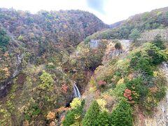 不動沢橋から旧不動沢橋の方をパチリ☆  紅葉も少しだけ。。  ??あれは滝??