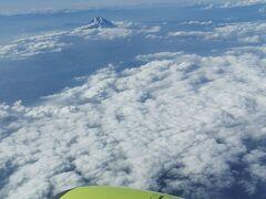 14:05発ANAで曇り空の那覇空港へ16:40到着。 富士山見えるとワクワクします。