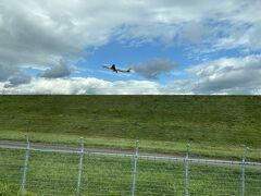 ドライブしてたらほんと真横になにかがぬっと出現してなんだ?と思っていたら飛行機の尾翼でした。めっちゃ至近距離!すごーいと思ってたらやっぱりロケーションがいいのでカメラ小僧がちらほらいました。