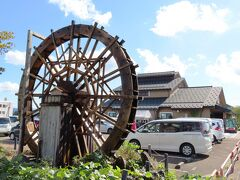 目的地はコチラ。 十日町の「小嶋屋総本店」さん。 https://www.kojimaya.co.jp/ 今回初めて気が付いたのですが「小嶋屋総本店」さんと「小嶋屋」さんて 別のお店なんですね。 水車が目印ですよ!