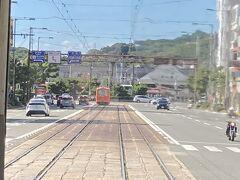 松山駅と市内電車がある風景。