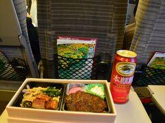 """1 はやぶさ1号は東北新幹線の始発列車です。 東京駅中央通路の「駅弁屋""""祭""""」は早朝5:45から開いているので始発乗車でも十分に買う事ができます。 この日は日本ばし大増製造の「味噌カツひつまぶし弁当」(名古屋名物)です。 大増では、牛肉どまん中など地方の有名駅弁をライセンス製造して首都圏各駅で売っています。"""