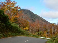 9 この辺はちょうど紅葉がいい具合です。 奥入瀬、十和田湖の紅葉にはまだ早いので、クルマはそんなに走っていません。 あと1週間したらすごいことになるそうです。