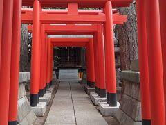 前回の最後に紹介した古地老稲荷神社。  赤い鳥居が幾重にも重なる姿はとても桑原坂では目立っていました。