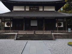 こちらは瑞聖寺の誇る大雄宝殿です。  堂々たる風格を漂わせています。