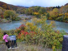 69 地獄沼の紅葉はやや早いかな。 結構観光客がいます。