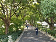 西側の蘇堤を走る。ここは緑豊かな直線の歩道。蘇堤春暁と呼ばれるように春美しい場所だと思われるが、今の季節も十分気持ちの良い場所だ。