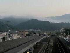 日の出間近の6:10に伊予大洲駅に到着。  山の方は朝霧に包まれているようだ。