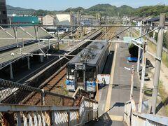松山城の見学を切り上げて、予定通り松山駅13:06発の列車に乗り三津浜へ移動。  いちいち跨線橋を渡らないと改札まで行けないのがめんどくさい。