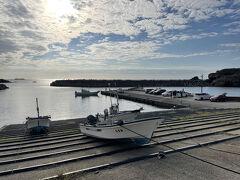 日御碕は島根県の西端にある漁港で、出雲大社からも離れているせいか、人も少なくのんびりしている。 バスも出ているがかなり本数が限られているので、観光の時は車で来るのがいいだろう。 美保関に似ていてのんびりとした漁港。  またダイビングスポットとしても有名のようで、ダイビングショップがあって、ばいきんぐの小峠氏のサインが飾ってあった。