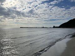 車だと5分ほど、歩いても15分ほどで来られるこちらは稲佐の浜。 国引きの神話で知られ、旧暦10月10日に、全国の八百万の神々をお迎えする浜としても知られている。  本当は、出雲大社のお参り前に来て、ここで砂をいただいてから向かうそうで、今回はすべてが逆の工程をたどっている