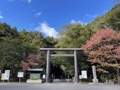 トイレに行きたくなった。神宮の厠をお借りしよう。ビールを飲んだら早めに行っておくべきであった。秋は特に。
