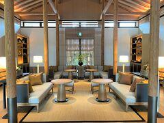 京都・北区『ROKU KYOTO, LXR Hotels & Resorts』Arrival棟 【Tea House】  『ロク キョウト エルエックスアール ホテルズアンドリゾーツ』の 【ティーハウス】の写真。  レセプションと【ティーハウス】との間に設置された水盤側の エントランスに向かってパチリ ( -_[◎]o 後方左右2か所にもエントランスがあるので、計3か所から 出入りすることができます。  内部はシンメトリーなデザインになっています。