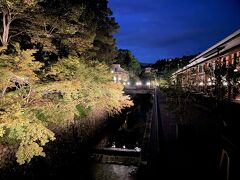 京都・北区『ROKU KYOTO, LXR Hotels & Resorts』  橋の上から眺める「天神川」(紙屋川)の写真。  紅葉がライトアップされてきれいです。