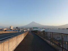 """潤井(うるい)川に架かる""""富士山夢の大橋""""に来ました。 後ろを振り返って、富士山です。"""