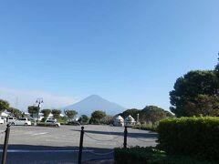 中央公園の駐車場越しの富士山です。